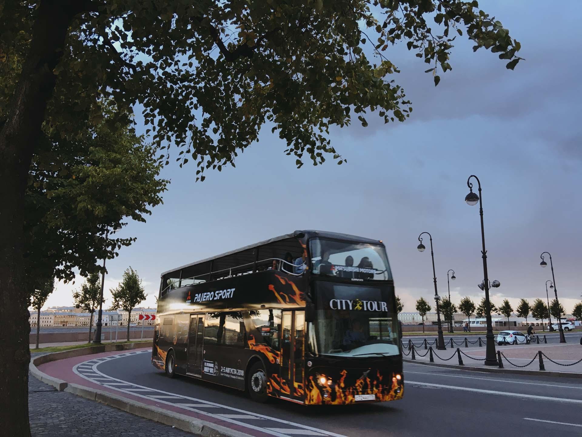 Двухэтажный автобус на набережной в Санкт-Петербурге