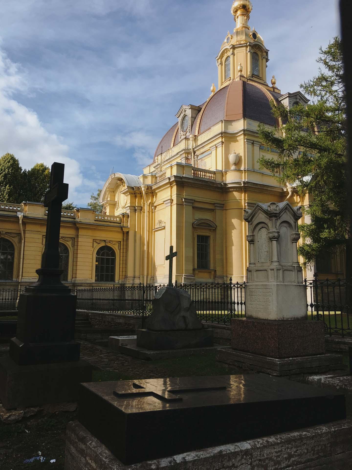 Могилы у собора