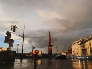 Фотограф делает снимок радуги над Санкт-Петербургом