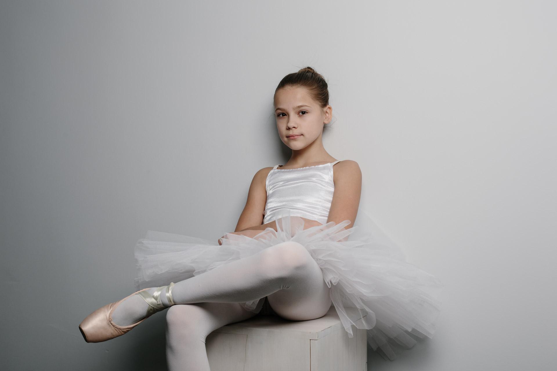Хорошие фотографии Ульяны в студии на сером фоне