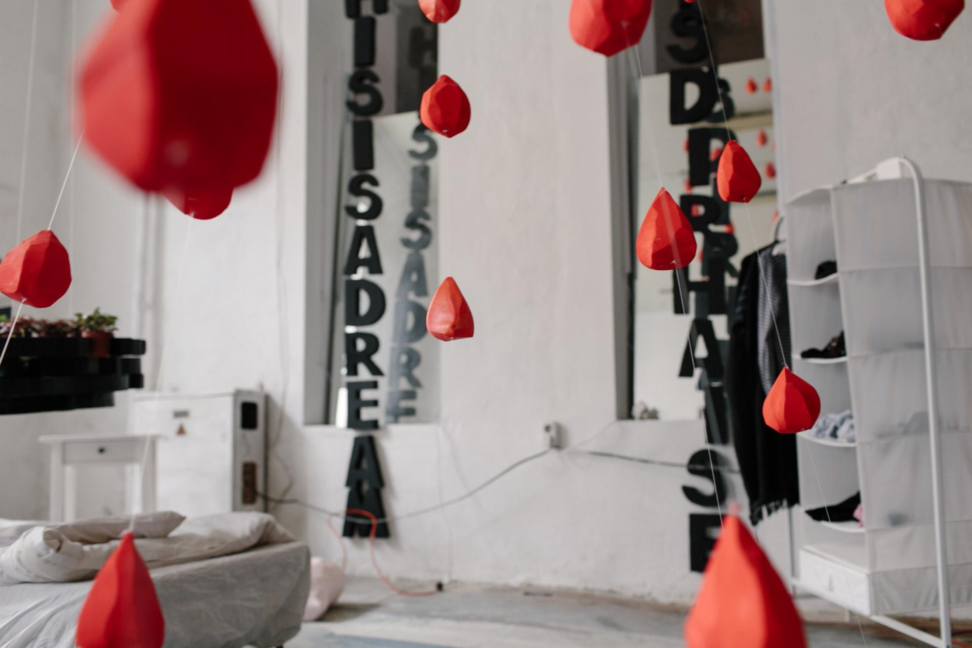 Красные сердца и черные буквы