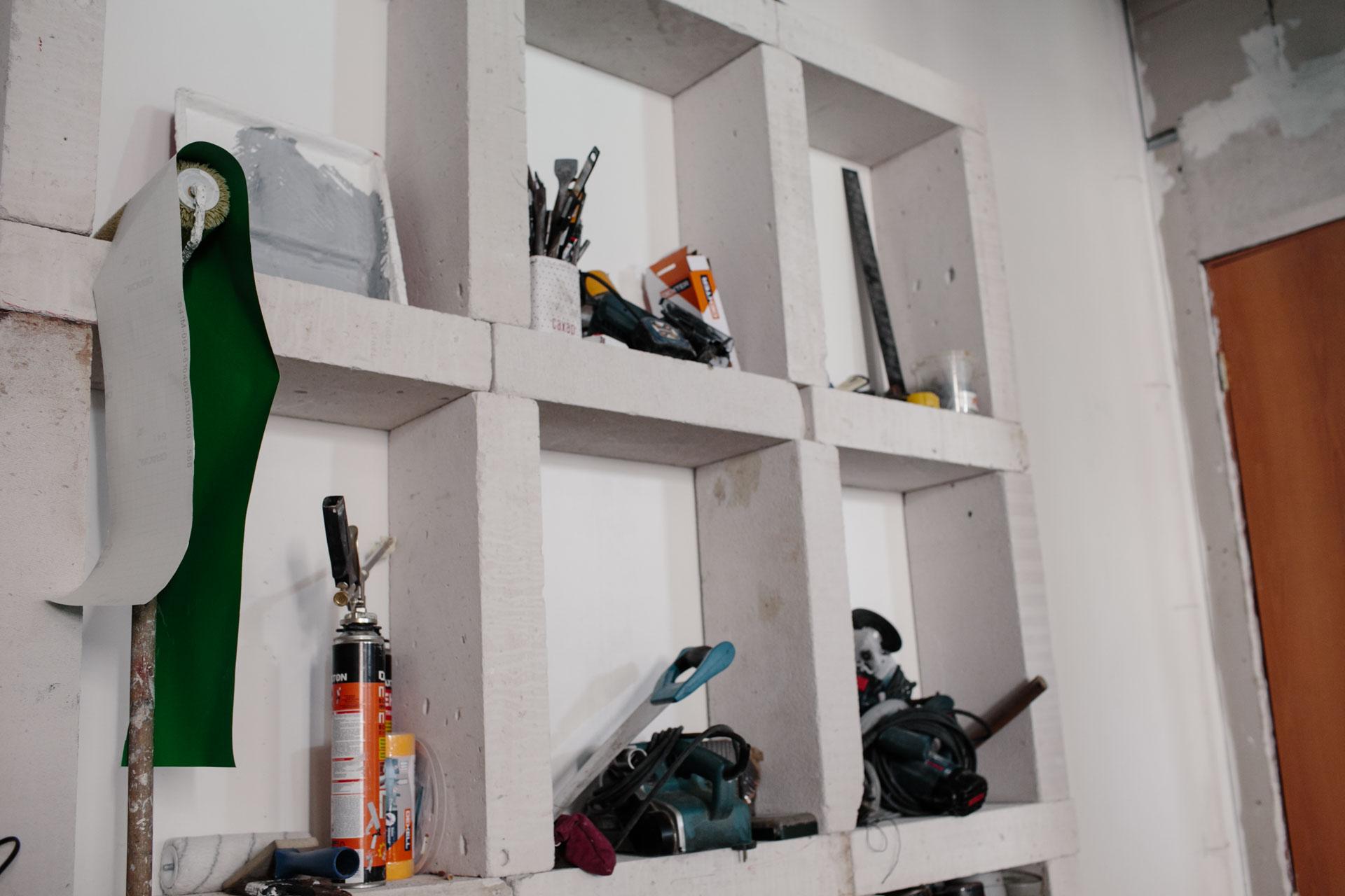 Инструменты на полке из пенобетонных блоков