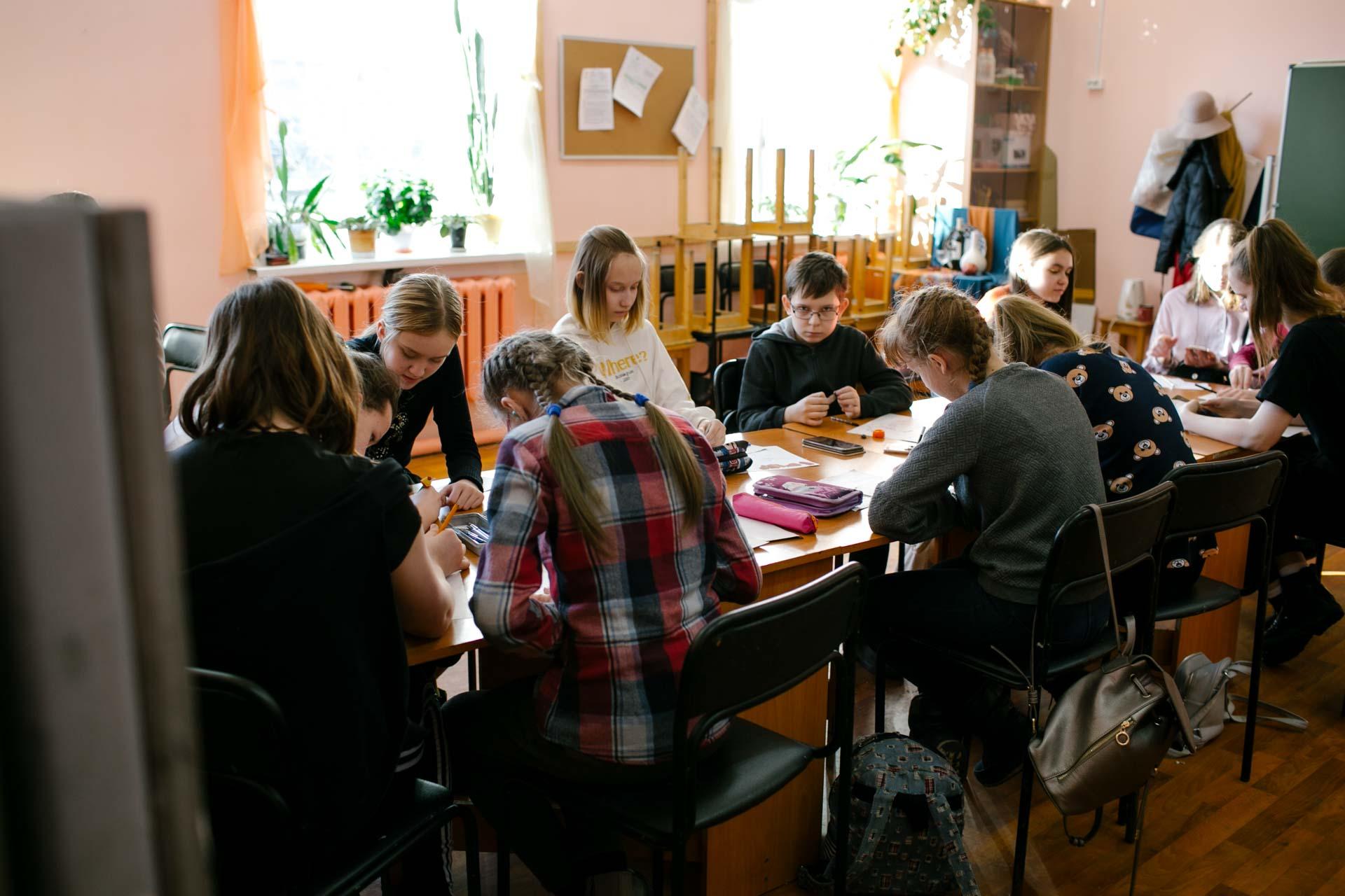 Занятия в мастерской художественной школы города Вельска