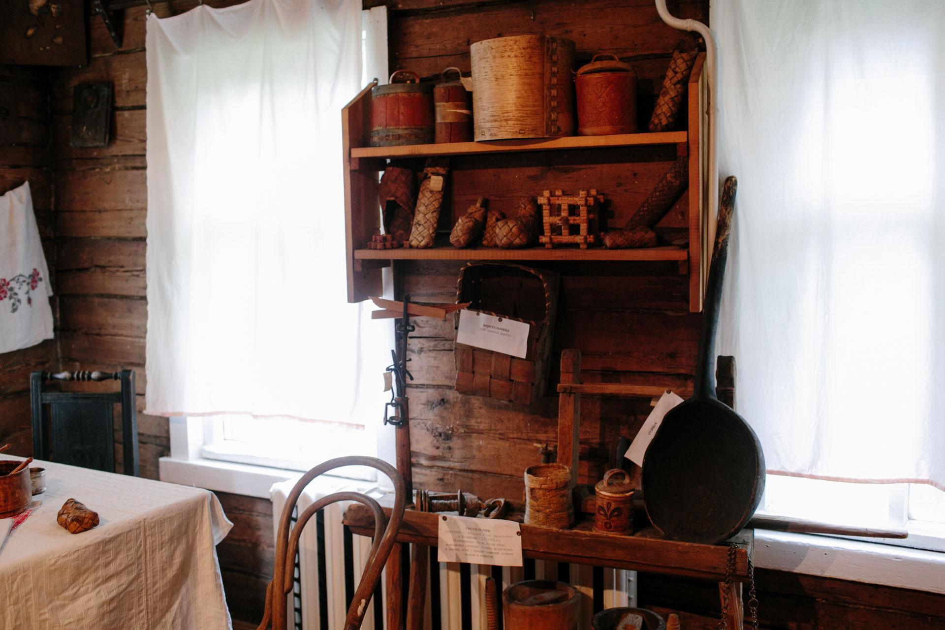 На фотографии несколько предметов деревенской утвари. Изготовлены из бересты и дерева. Представлены в музее сельской школы в Архангельской области.
