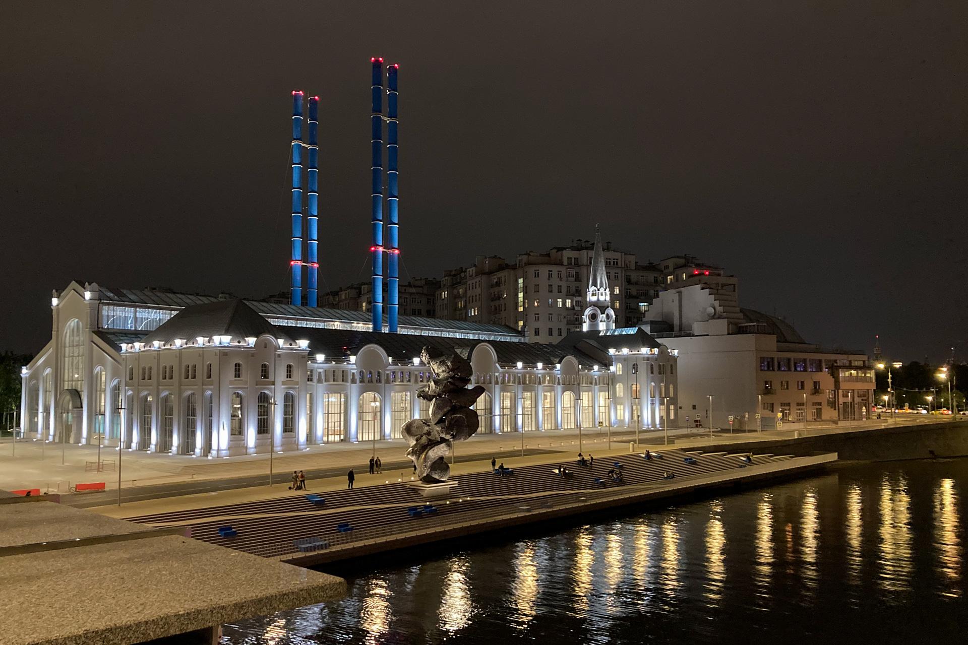 Вид с моста на ГЭС-2. Кинотеатр и Дом на Набережной. Много света, большие окна и выход к набережной. Большая глина № 4.