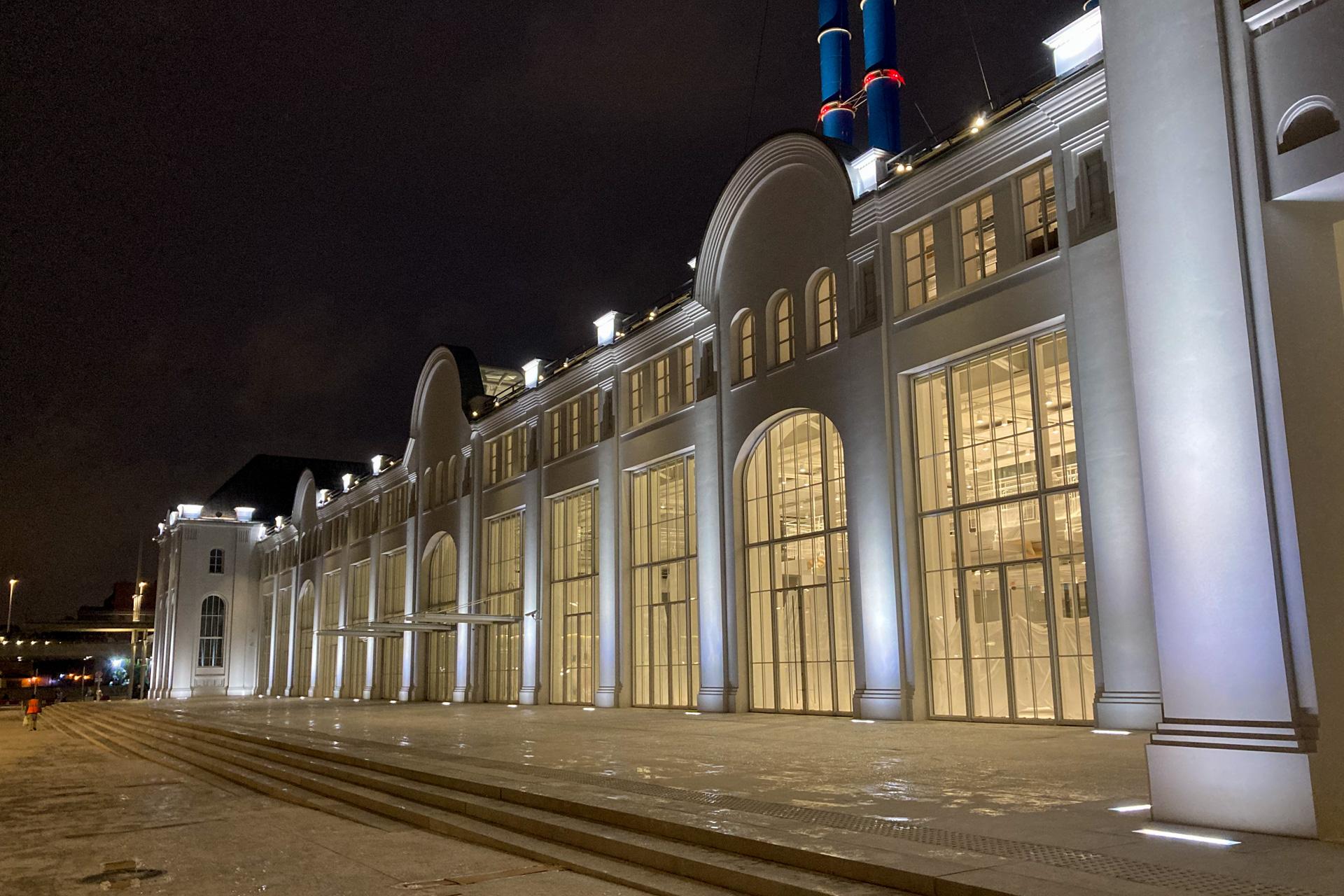 ГЭС-2. Это не самая ближняя дорога на Ленинский проспект за несколькими предметами гжели. Никого нет, здание еще закрыто. Большие окна и много света.